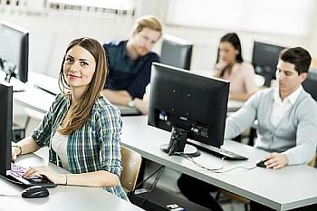 Grafika przedstawiająca studentów uczących się przy komputerach